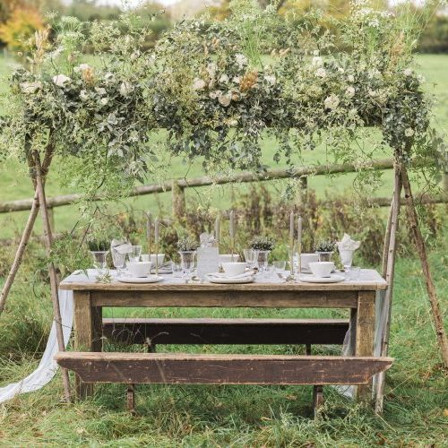 http://blovedblog.com/weddings/meadowsweet-english-countryside-wedding/